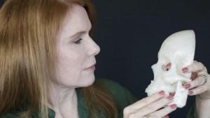 Pamela Shavaun Scott con il rendering 3D del suo cranio